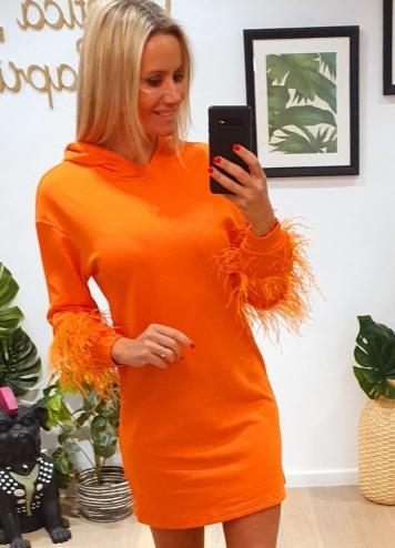 Vestido naranja plumas